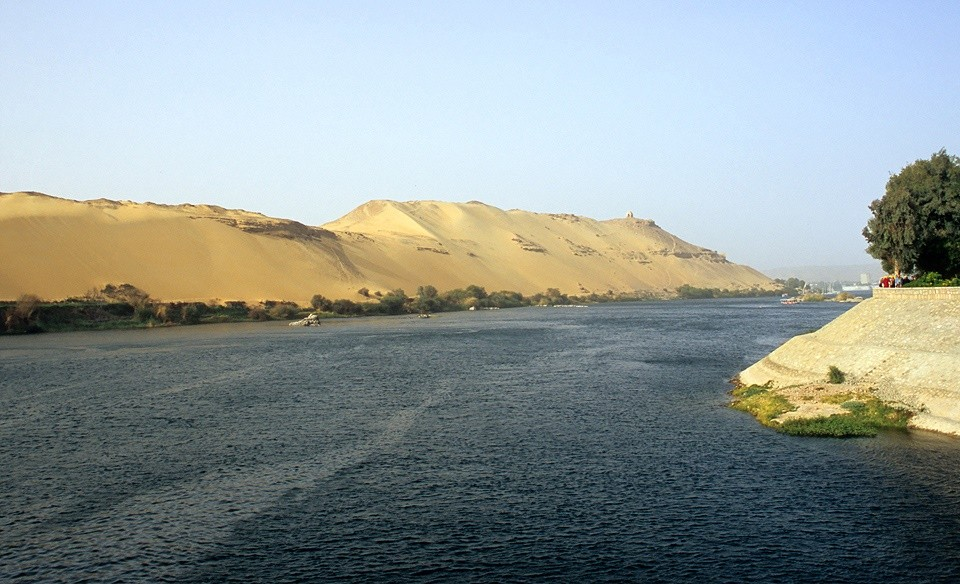 The desert meets the Nile at Aswan