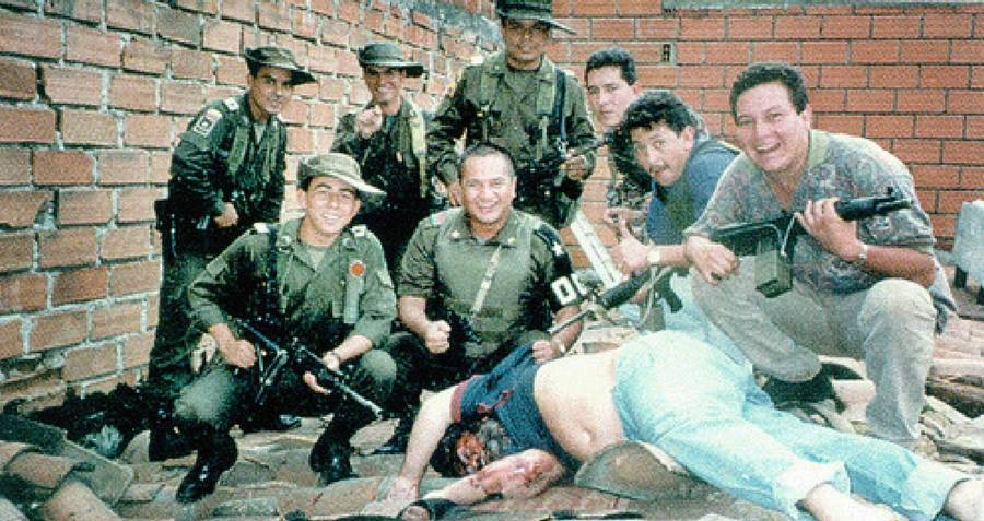 Some members of the Colombian Police and the Search Bloc in a photo with Pablo Escobar's corpse